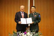 김형태 총장(왼쪽)이 김종천 육군훈련소 연무대군인교회 목사에게 한남인돈문화상을 수여하고 있다. ⓒ한남대 제공