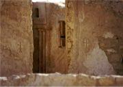 사우디아라비아 동쪽에서 발견된 고대 수도원. 입구 양쪽에 선명한 네스토리안(경교) 십자가가 보인다.