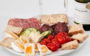 푸드 플래터 치즈 살라미 훈제 쇠고기 토마토 스낵 식욕을 돋우는 것 빵 플레이트