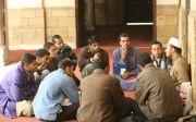 이슬람사원에서 이맘의 지도를 받는 무슬림청년들