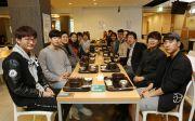 장순흥 총장과 김기찬 총학생회 회장 등이 지난 16일 학생 식당에서 '총장님과 함께 하는 아침 식사' 이벤트로 준비한 무료 아침밥을 같이 먹었다