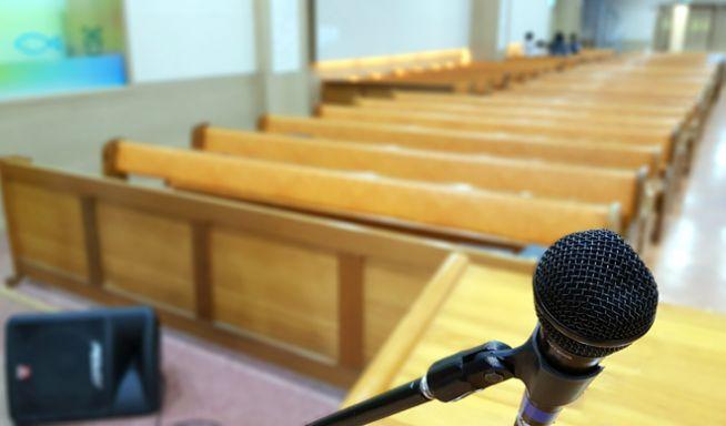 예배당 채플 의자 교회 자리 예배 목사 마이크 집회