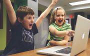 게임 스마트폰 온라인 어린이 비디오 플레이 행복 성취 승리