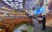 사랑의교회 8일 온라인으로 주일예배 드리는 성도들