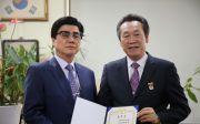 대통령 표창을 전달받고 있는 설동욱 목사. ⓒ교경협 제공