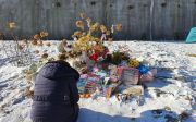 정인 양의 묘지에서 추모하고 있는 한 시민