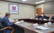오세훈 서울시장이 24일 한국교회총연합을 내방에 대화를 나누고 있다.