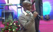 무신론 단체에서 탈퇴한 세스 마히가(Seth Mahiga)가 케냐 나이로비 인터내셔널 생명교회 성도들 앞에서 간증하고 있다.