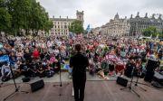 지난 9월 4일 영국 생명의 행진 참석자들이 의회 앞에서 모여서 시위를 벌였다.