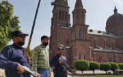 파키스탄 라호르에 위치한 성심가톨릭교회 앞에서 무장한 이들이 경비를 서고 있다.