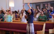오하이오 신시내티에 있는 사람들의 교회(Peoples Church)에서 교인들이 예배하고 있다.